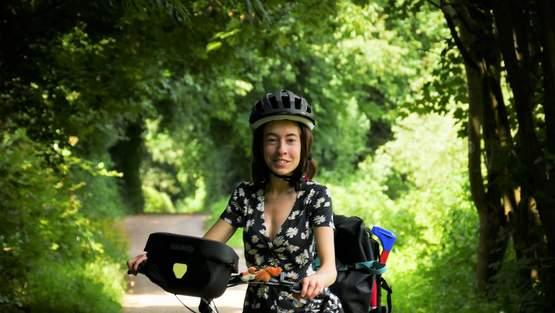Maren kämpft sich aus dem Rollstuhl aufs Rad